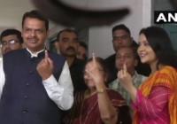 मुख्यमंत्री देवेंद्र फडणवीस ने नागपुर में पत्नी अमृता और मां सरिता के साथ  वोट डाला