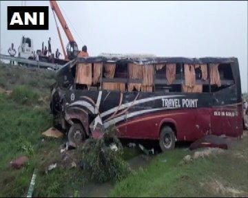 कन्नौज में लखनऊ-आगरा एक्सप्रेसवे पर सड़क हादसे में 5 लोगों की मौत 18 लोग घायल