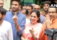 शिवसेना प्रमुख उद्धव ठाकरे, पत्नी रश्मि, बेटे आदित्य और तेजस के साथ बांद्रा (पूर्व) में वोट डालने पहुंचे।