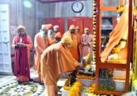 मुख्यमंत्री योगी आदित्यनाथ ने गोरखनाथ मंदिर में चढ़ाई खिचड़ी और सभी को दी खिचड़ी की शुभकामनायें
